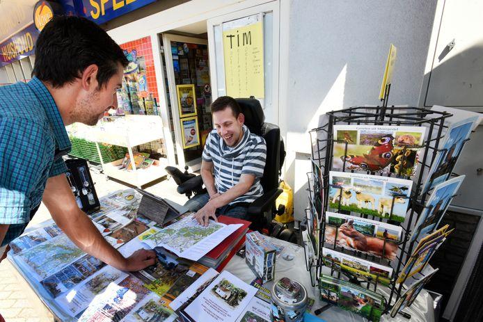 In coronavrije tijden bemant Patrick van de Plas buiten de winkel van Novy het Toeristisch Informatiepunt Moergestel (TIM).