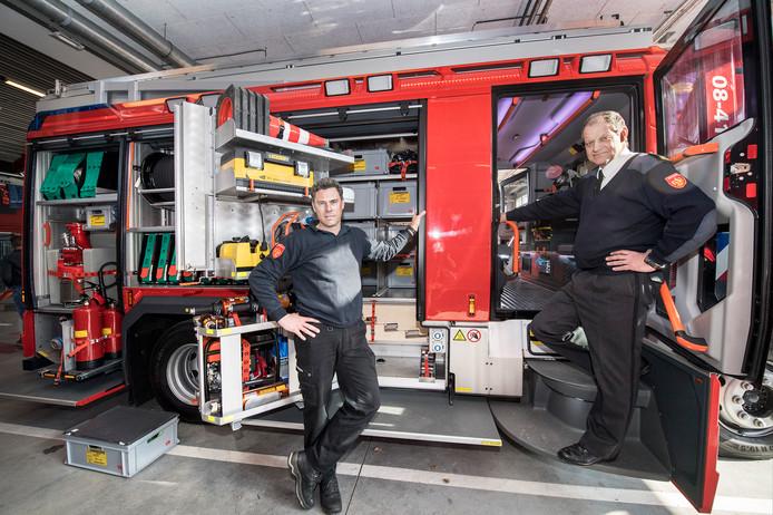 Leeuwens postcommandant Maickel van Os en materieelinkoper Rene Rieken bij één van de elf nieuwe tankautospuiten.
