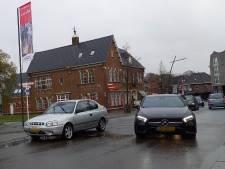 Op rijbaan geparkeerde auto zorgt voor file op Dorpsstraat in Groesbeek