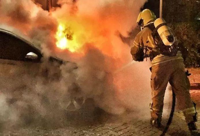 Er was bij de autobrand geen blussen meer aan voor de brandweer.