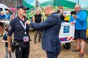 Frank Daeseleer krijgt bij de start van Ome Joop's Tour een Koninklijke onderscheiding opgespeld door burgemeester Ahmed Marcouch.