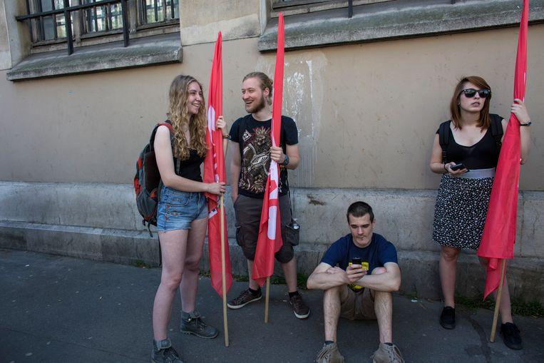 19 april 2018: een groepje studenten voor aanvang van de demonstratie tegen de hervormingen van Macron in Parijs. Beeld Bart Koetsier