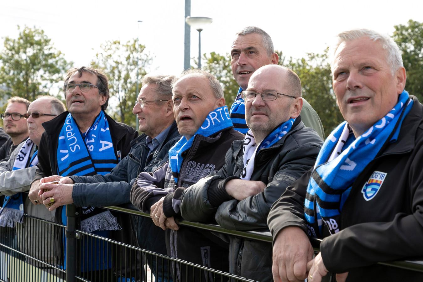 Trouwe supporters langs de lijn bij SCG'18 met de blauw-witte sjaals om.
