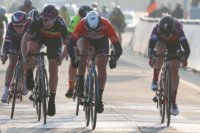 Belgisch kampioene Lotte Kopecky moet in Ninove in de sprint om de tweede plaats de duimen leggen voor Jorgensen en Pieters.