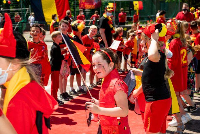 Enthousiaste kinderen tijdens de opnames van VTM Nieuws in hun school maandagmiddag.