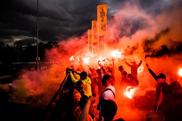 Supporters ontvangen de Vitessespelers op Papendal.