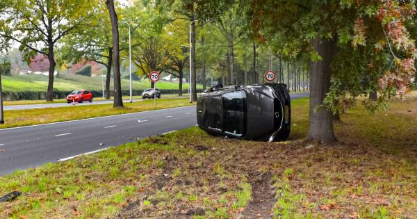 Auto belandt op zijkant na botsing in Tilburg, geen gewonden.