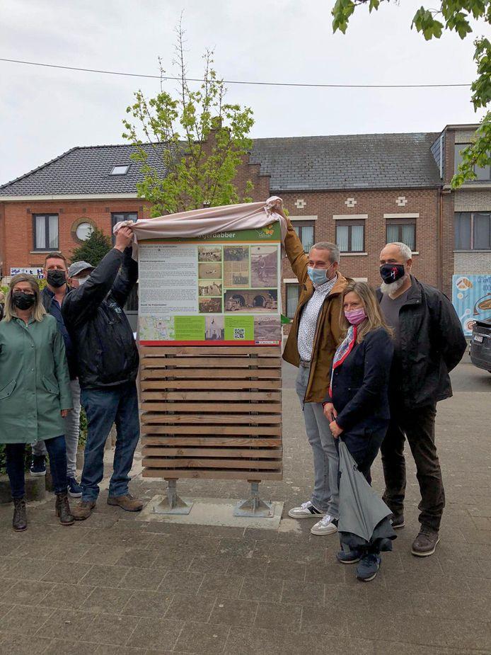 De eerst erfgoedwandeling werd afgelopen weekend geopend aan het standbeeld van de Potjèrdabber.