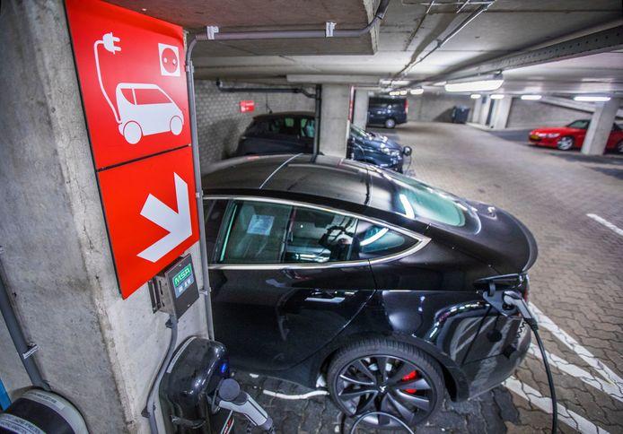 Electrische auto's zijn gevaarlijk in parkeergarages in verband met brandgevaar en de moeilijkheden om deze te blussen.