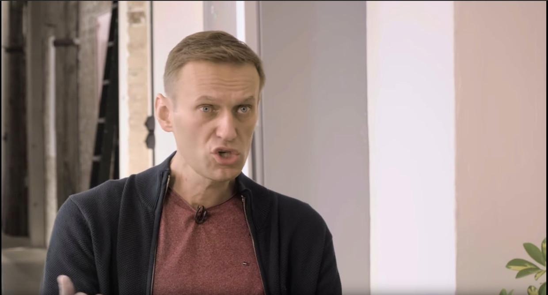 Still uit het YouTube-interview dat Aleksej Navalny eerder deze week gaf.  Beeld youtube