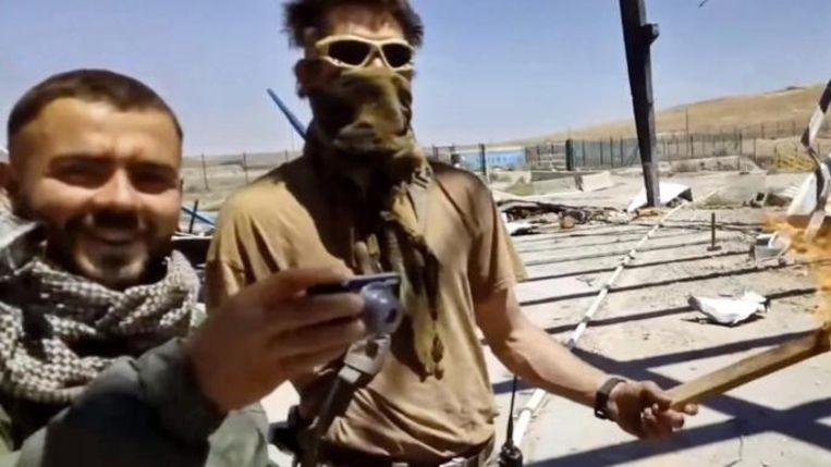 Beeld uit video-opnamen die Russische huurlingen volgens de oppositiekrant 'Novaja Gazeta' maakten van het martelen en doden van een deserteur uit het leger van de Syrische president Assad. De man links werd door de krant geïdentificeerd als Stanislav D.   Beeld Times.uk