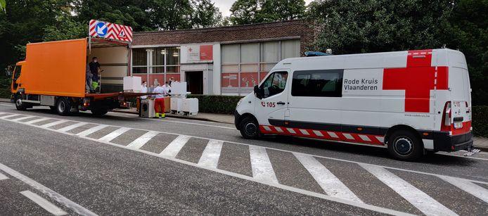 De goederen worden ingeladen bij het Rode Kruis-Gent aan de Fortlaan