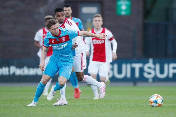 Jelle van der Heyden in actie tegen Jong Ajax.