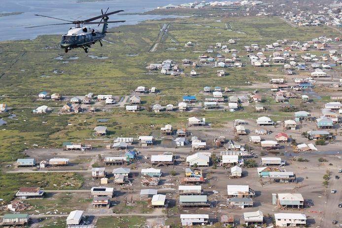 Biden vloog met de Marine One-helikopter boven delen van Louisiana om de schade te aanschouwen.
