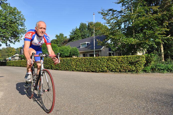 Wethouder Gerrit Knol is fanatiek op de racefiets. Dat ging zaterdag mis, waardoor de wethouder in het ziekenhuis ligt.