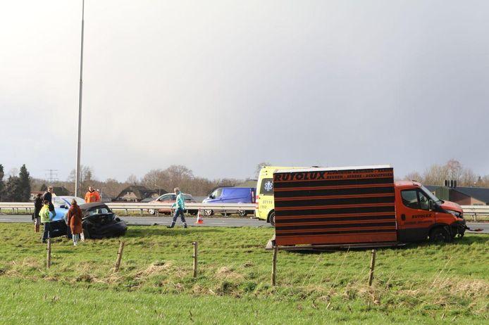 Hulpdiensten aan het werk bij het ongeluk op de A1 bij Barneveld.