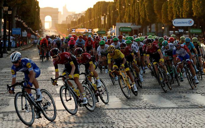 Het peloton raast over de Champs-Élysées in Parijs tijdens de sloteteappe van de Tour de France van 2019.