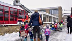 VIDEO. School neemt geen risico na loshangende plafondtegel onder besneeuwd dak: 300 kinderen geëvacueerd
