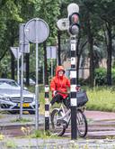 Wachten voor het rode licht aan de Wipstrikkerallee in Zwolle.