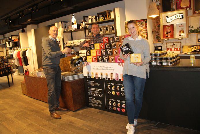 Brouwmeester Hans Mehuys, marketingman Frederic Boulez en Michèle Vanhonsebrouck bij de nieuwe Nitro-bieren, die nu al in de Bierboetiek van de brouwerij te koop zijn.