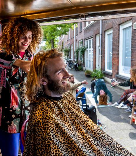 Kapster Nikki (34) tourt door Utrecht in haar reizende kapperszaak: 'Een salon aan huis wilde ik niet meer'