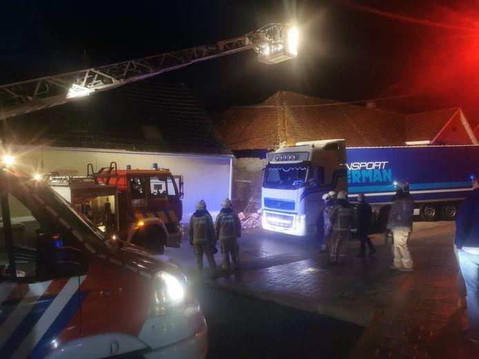 De aanhangwagen boorde zich door de gevel van de oude pantoffelfabriek.