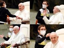 Un petit garçon se présente devant le pape et tente d'attraper sa calotte