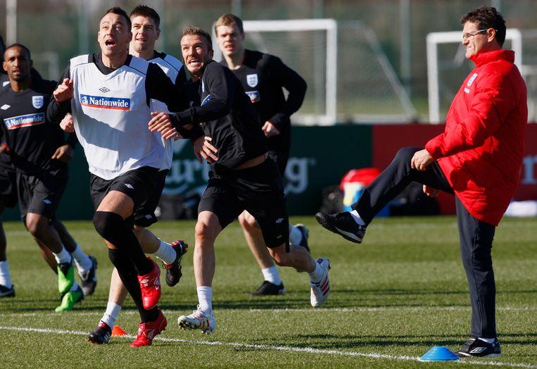 Capello (rechts) en Terry (links) tijdens een training van het Engelse elftal in maart 2010. Beeld AP