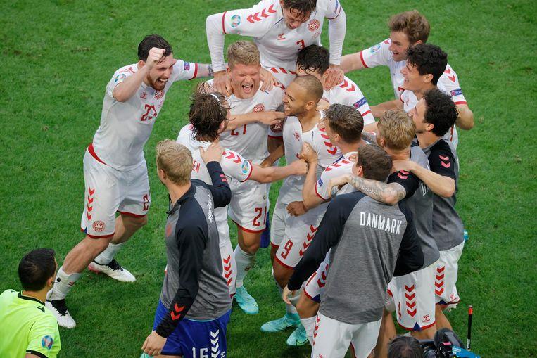 De Denen vieren hun 0-4-overwinning. Beeld Photo News