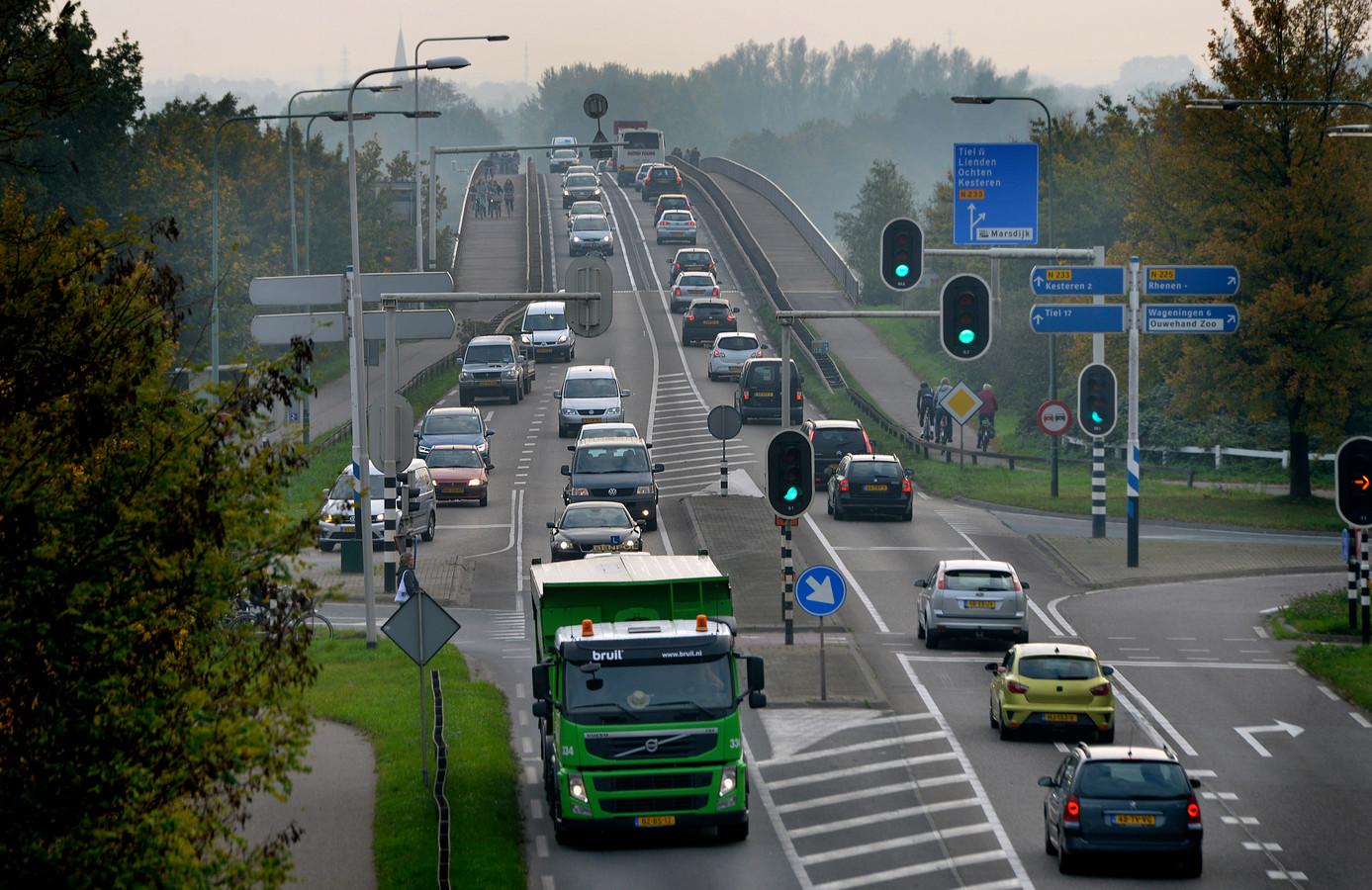 Drukte op de Rhenense Rijnbrug.
