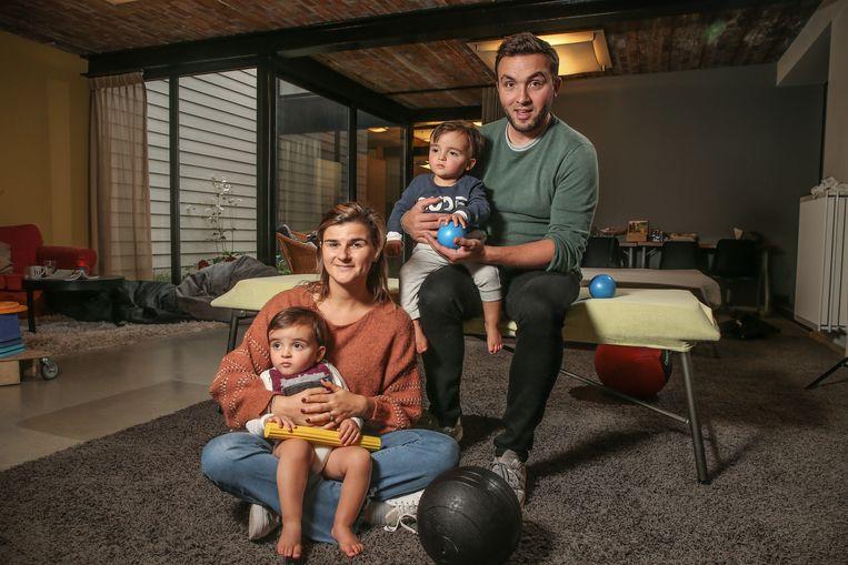 Maarten en Stéphanie samen met hun tweeling Nathan en Rémy.