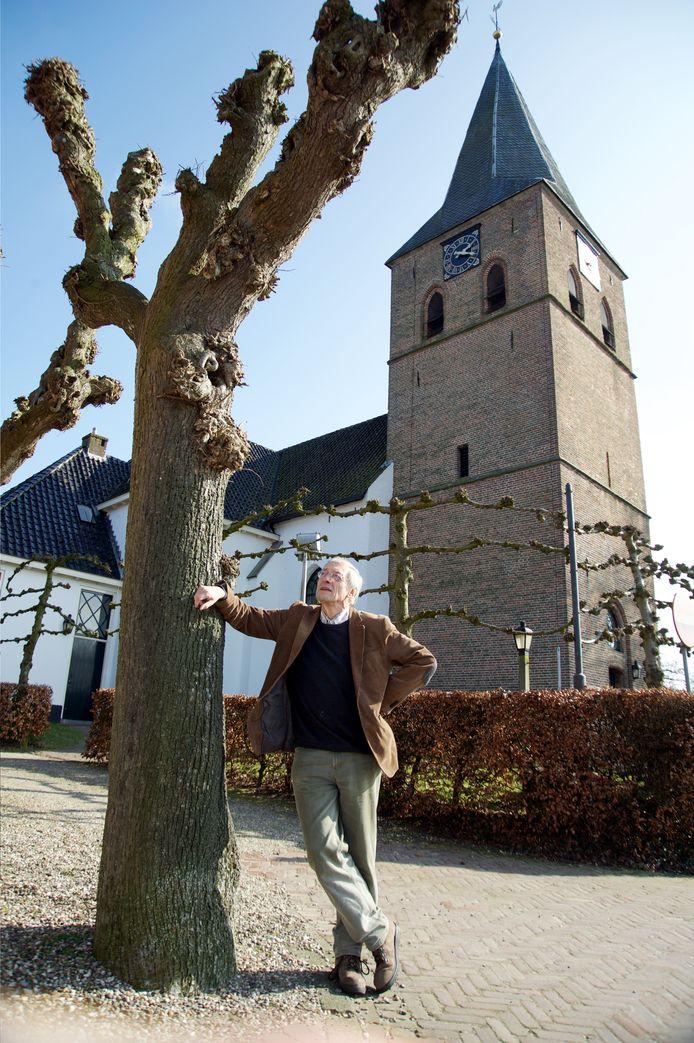 Theo van de Vliet, schrijver van het boek over het leven van dichteres Clara Feijoena, in 2017 bij het 'witte kerkje' in Heemse. Vlak voor haar dood in 1807 schonk Clara een orgel aan de middeleeuwse Witte- of Lambertuskerk.