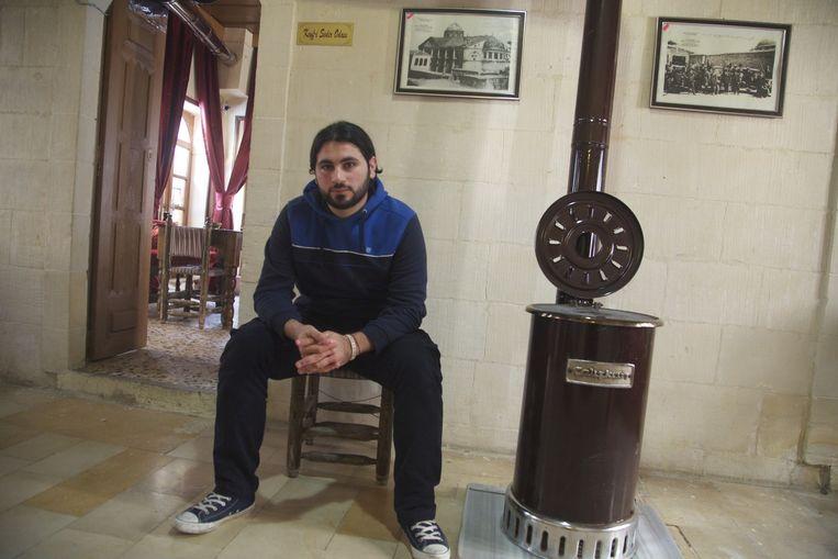 Ahmad al-Halabe in een café in Kilis, waar hij sinds zijn vlucht uit Aleppo woont. Beeld Mohammad Abdulazaz