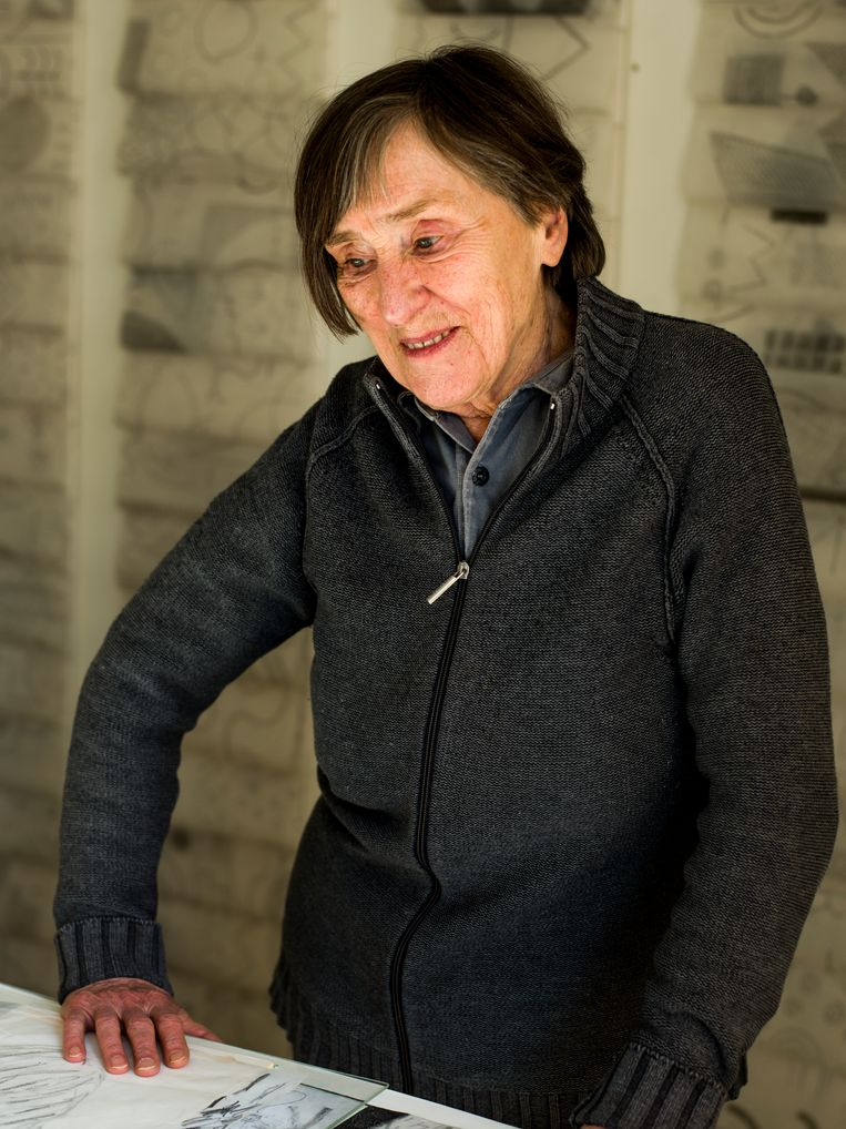 Corrie de Boer (Leeuwarden 1932) is tekenaar, textielkunstenaar en collagist. Haar werk is opgenomen in diverse belangrijke collecties, onder meer van het Stedelijk Museum, en is nu te zien in de groepstentoonstelling De Tekening bij Borzo Gallery, Keizersgracht 516 (op afspraak met timeslot). Beeld Koost Breukel