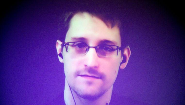 NSA-klokkenluider Edward Snowden in beeld via een videoverbinding tijdens een door Amnesty International georganiseerde bijeenkomst in Parijs, in december vorig jaar. Beeld ap