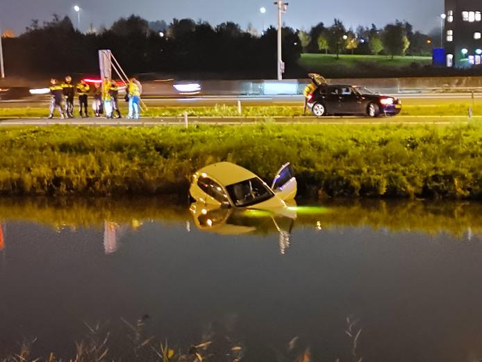 De auto raakt langs de snelweg A12 te water.