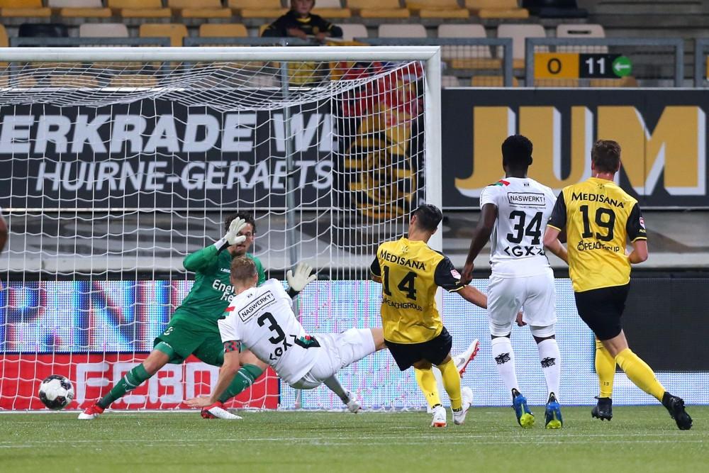 Mario Engels zet Roda JC op 1-0.