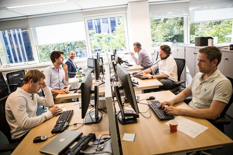 Het grootste deel van het zitten doen Nederlanders op hun werk. Beeld Julius Schrank / Kollektiv25