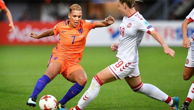 In actie tegen de Deense Cecilie Sandvej. Als ze aanzet, zindert het stadion. 'Vet. Ik krijg daar kracht van.' Beeld Guus Dubbelman / de Volkskrant
