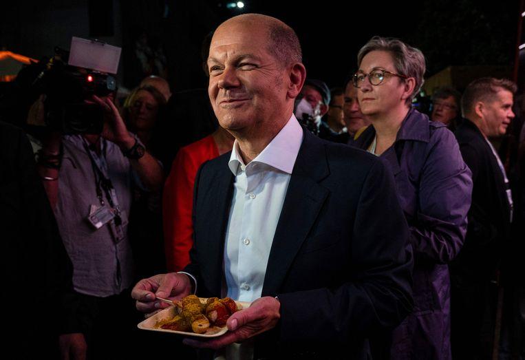 Olaf Scholz, met curryworst, na het lijsttrekkersdebat.  Beeld AFP