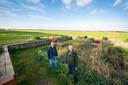 Boer Emiel Anssems (l) is door Staatsbosbeheer uitgekozen om mee te doen in het landelijke project 'natuurinclusieve landbouw'. Rechts Theo Bakker van SBB die het nieuws kwam brengen.