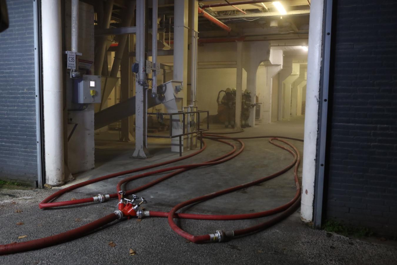 Voor de ingang werden meerdere stralen lage druk in gereedheid gebracht.