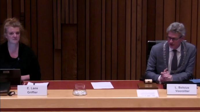 Burgemeester Bolsius en raadsgriffier Esther Lans tijdens de raadsvergadering: verder dan dit, kunnen ze niet van elkaar afzitten.