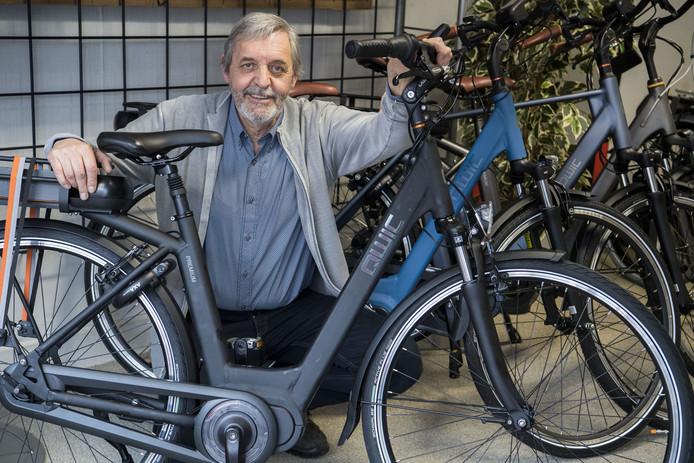 Rijwielhandelaar Charl Reiners met een e-bike van Qwic, het merk waarvan de gemeente er vier bij hem heeft besteld.