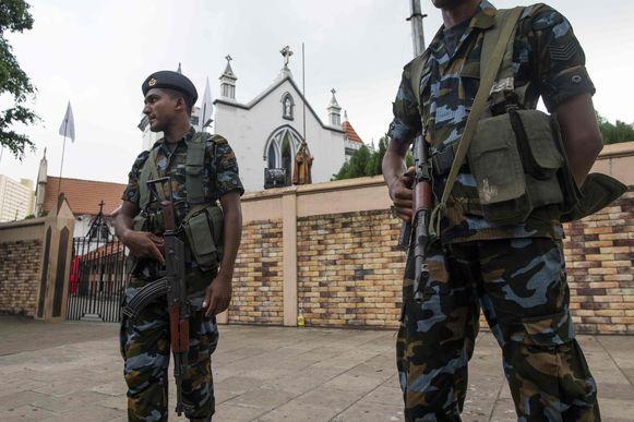 Het Sri Lankaanse leger bewaakt een kerk in hoofdstad Colombo.