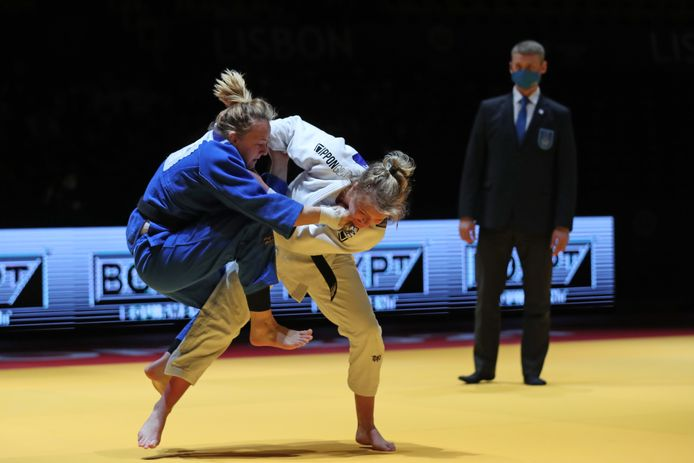 Sanne van Dijke in actie tijdens de EK-finale tegen de Française Margaux Pinaut.