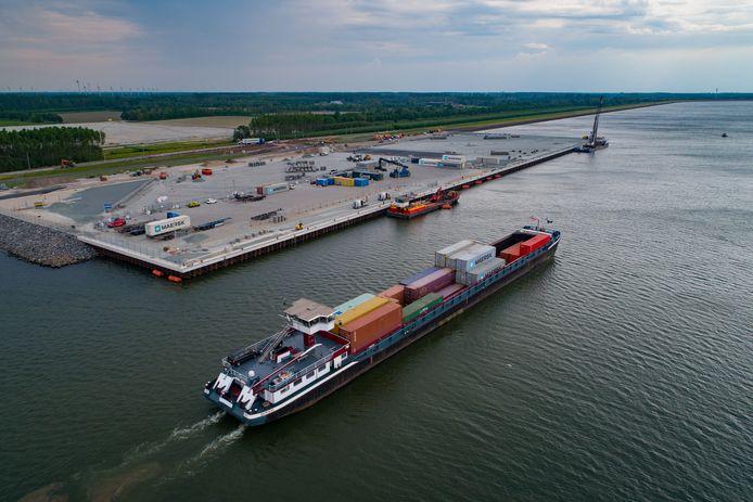 Mei 2018: het eerste containerschip gaat lossen in Flevokust-Haven. Links, achter de dijk, het bedrijventerrein waar JYSK gaat bouwen.