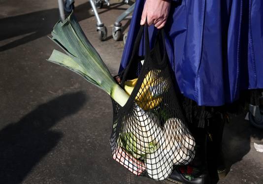Tamar Hoebe neemt haar eigen verpakkingsmaterialen mee naar groenteboer Het Boertje