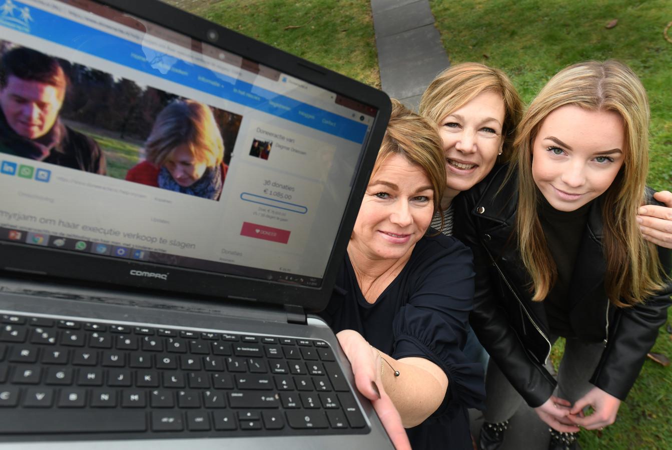Dagmar Driessen en haar dochter Lauren (links en rechts) begonnen een crowdfundingsactie voor Myriam van de Langemaat (midden) en haalden na de eerste dag 6830 euro op voor de weduwe die haar man aan zelfmoord verloor.