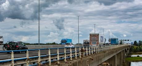 Dit is waarom de lantarenpalen op de Deventer IJsselbrug al maanden óók overdag branden